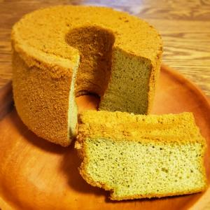今日は引きこもり、抹茶の米粉シフォンケーキ