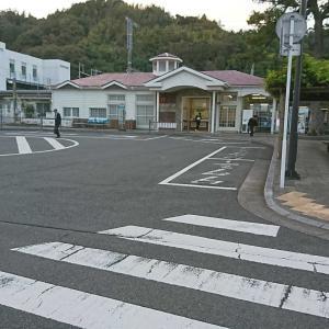 駅舎の前の坂