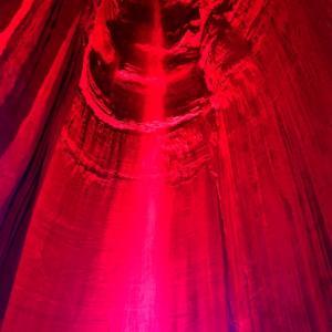 テネシー州のルビー滝(Ruby Fall)。洞窟の中に隠れている大きな滝はライトアップして幻想的です。