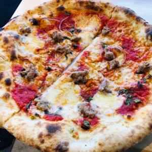 ナッシュビルのお気に入りのイタリアン Pastariaでピザを食す… ソーセージのピザは薪の香りも移り最高です!