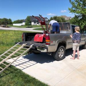 いよいよ開墾スタート。家庭用耕運機で芝生や雑草ごと耕しました。