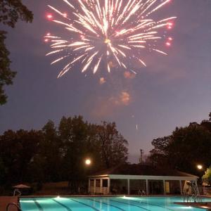 独立記念日は花火が定番… 今年は少し規模を縮小して開催されたホームコースの花火大会です。