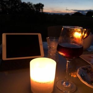 Beachaven Vineyards & Wineryで買ってきた赤ワインをパティオでつまみと一緒に飲んでみた。