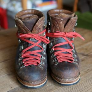 靴底の剥がれたレザーの登山靴の修理