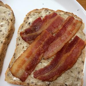 イギリスで定番の人気朝ごはん、ベーコンサンドを作ってみた。