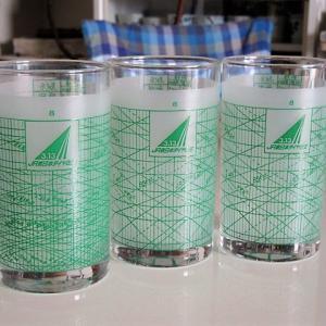 【鉄道グッズ】ヤフオクで買った、ダイヤの柄のグラスと架線で作った文鎮