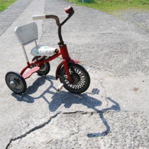 子どもの三輪車の処分と解体の仕方。ハンドルをネタに遊んだよ