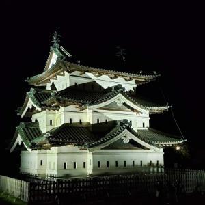 青森県にある弘前城の紅葉ライトアップ🍁