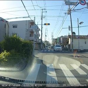 交差点で右折待ちの車がいたら、信号黄色で右折車を優先させるべきだ!