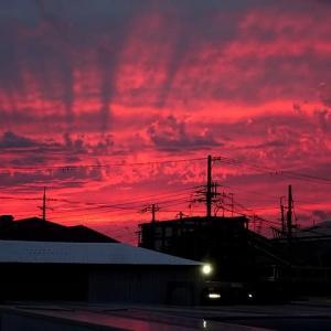茜色の西の空を写す。(2020年9月22日)
