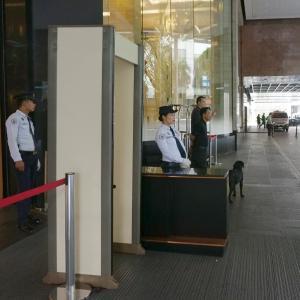 ホテルの前で麻薬探知犬? マカティ市(フィリピン、マニラ)の治安