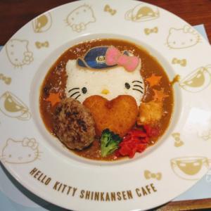 博多駅のハローキティ新幹線カフェ 可愛いが大渋滞!
