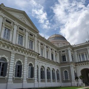 英語ガイドツアーで歩くシンガポール国立博物館。