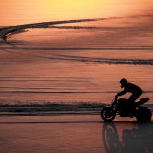 凍結した湖上をバイクで疾走!
