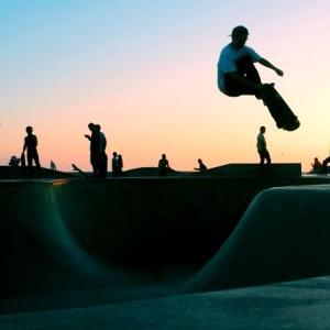 iPhone11Pro・Xs・Xロック画面等のスケートボードの壁紙・待受けを配信中
