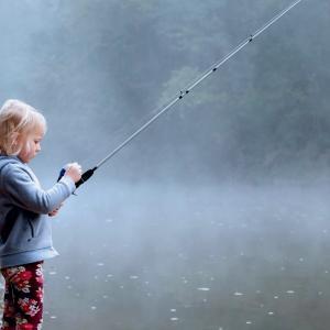 子どもの釣りデビューは何歳から?|子どもにオススメの釣り道具セットも紹介します【シェイクスピア】