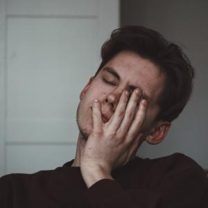 【朝起きれなくて困っている方へ】起立性調節障害の治し方について【診断・検査も解説】
