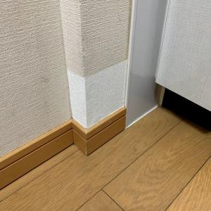 壁の補修に挑戦!壁紙を買う時は実物と比べたほうがいいよ。