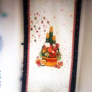 とっくに正月過ぎても?玄関に壁・・・年中無休の『門松タペストリー』笑い