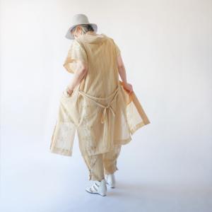 着物地から作った夏物袖なし長羽織とサンドカラーのビッグバッグ