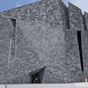 ところざわサクラタウンを紹介 「角川武蔵野ミュージアム」の外観は本当に岩なのです!そして最新鋭神社もあり、建築オタクにはたまらない施設ですよ。