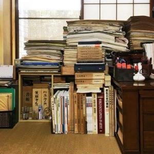 書斎の片隅/門人の半切作品。
