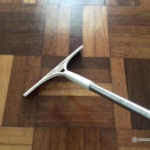 【スクイージー(水切りワイパー)で床掃除】ホコリがよく取れて床がピカピカに