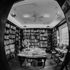 せどり転売は中古本から始めよう!アマゾン創業者も書店から巨大企業になった!