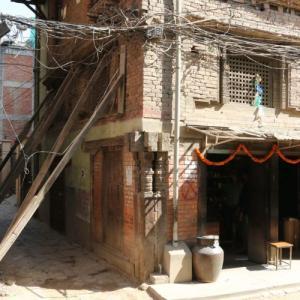 崩れそうな家はいつまでもつのか-ネパールあるある