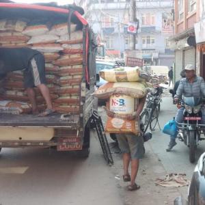 基本的に人力で-ネパール流モノ運びのプロたち