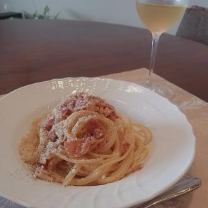 カルボナーラと白ワイン