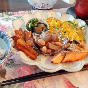 鮭の和定食から、おつまみセットで予定外の昼飲み