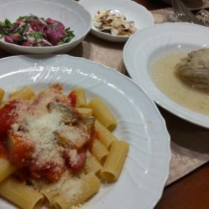 紅芋サラダとナストマトリガトーニに、ロールキャベツ