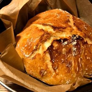 随分久しぶりにパンを焼きました。焼いてみたかったno knead breadをニトリのダッチオーブンで。