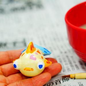 ワークショップにて金魚の絵付けをしてかわいい金魚の出来上がり