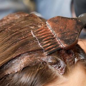 髪を染めたら頭皮にかゆみがでた理由とは。毛染めトラブルの原因と白髪染めの種類と特徴