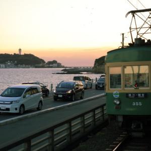夕暮れ 七里ガ浜      (江ノ島電鉄)