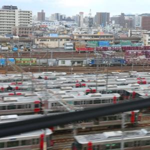 【鉄道写真】下関総合車両所広島支所留置の227系電車とJR貨物広島貨物ターミナルのコンテナ群