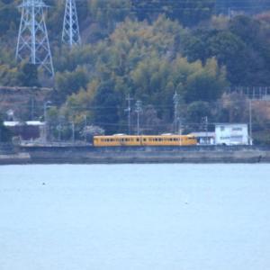 【鉄道写真】岩国尾津海岸からJR山陽本線の濃黄色115系電車が見える!