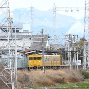 【鉄道写真】濃黄色115系(クモハ114-1106)と朱色キハ47系5両の踏切通過待ち