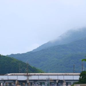 【鉄道写真】雨上がりの太華山前ののぞみ34号、のぞみ23号、ハローキティこだま851号500系