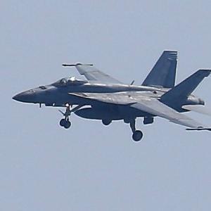 【航空機】岩国基地 海自UP-3D多用機、米海兵隊F/A-18Dホーネット戦闘攻撃機