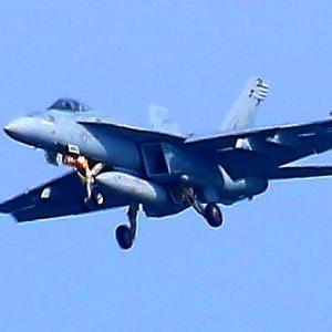 【航空機】米海軍艦載機F/A-18Eスーパーホーネット戦闘攻撃機NF,311号機旋回して戻る