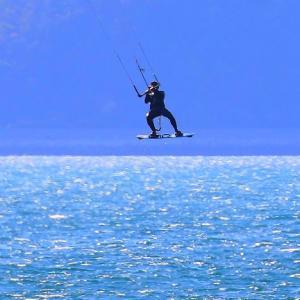 カイトサーフィンで空飛ぶ男!