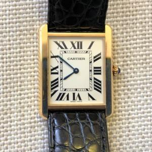 【カルティエ タンクソロLM W5200004レビュー】カジュアルでも似合う!オシャレで飽きのこないカルティエの入門的腕時計