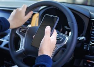 運転中のスマホ使用に対する厳罰化が来月から施行