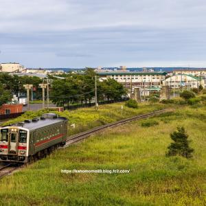 1両編成の普通列車と製紙工場の煙突
