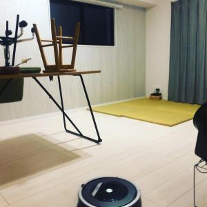 シンプルな部屋に憧れを増すヨーロッパのアパートメントでの年越し