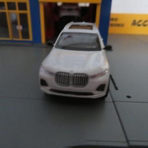 パラ1/64 BMW X7 ホワイト