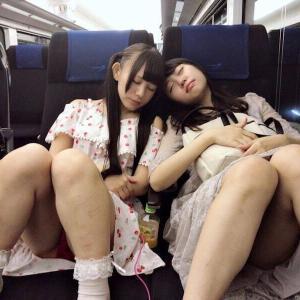 電車内でだらしない姿で寝ている女子が盗撮される
